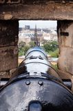 Edinburg Skottland UK Kanon uppe på slotten royaltyfria bilder