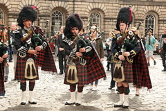 EDINBURGFESTIVAL AUGUSTI 30 2013: Skotska pipblåsare på ståta i den Augusti 30 2013 Edinburg, Skottland UK Royaltyfri Bild