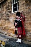 Edinburgh, het Verenigd Koninkrijk - 01/19/2018: Een mens in traditionele Sco royalty-vrije stock afbeeldingen