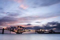 Edinburgh overbrugt vooruit Zonsondergang royalty-vrije stock foto's