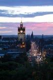 Edinburgh& x27; s Prinsenstraat bij Schemer stock fotografie