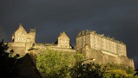 Edinburgh-Schloss, das vor Dämmerung glänzt Lizenzfreies Stockfoto