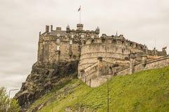 Edinburgh-Schloss an einem bewölkten Tag lizenzfreie stockfotos