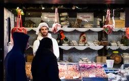 """EDINBURGH, SCHOTLAND, het UK †""""08 December, 2014 - Jong paar die voedselbox bekijken bij Duitse Kerstmismarkt van Edinburgh Stock Foto's"""