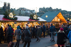 "EDINBURGH, SCHOTLAND, het UK †""08 December, 2014 - Mensen die onder Duitse Kerstmismarktkramen lopen in Edinburgh, Schotland, h Royalty-vrije Stock Foto's"