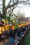 "EDINBURGH, SCHOTLAND, het UK †""08 December, 2014 - Mensen die onder Duitse Kerstmismarktkramen lopen in Edinburgh, Schotland, h Stock Afbeelding"