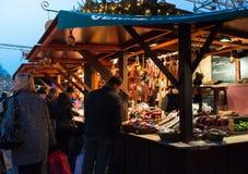 "EDINBURGH, SCHOTLAND, het UK †""08 December, 2014 - Mensen die onder Duitse Kerstmismarktkramen lopen in Edinburgh, Schotland, h Stock Fotografie"