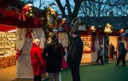 """EDINBURGH, SCHOTLAND, het UK †""""08 December, 2014 - Vriend die bij Duitse Kerstmismarkt van Edinburgh spreken Stock Afbeeldingen"""