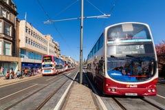 Edinburgh, Schotland, het UK - 18 April 2014: Openbaar vervoer, I e bussen, taxis en trams op Prinsenstraat in Edinburgh stock foto's