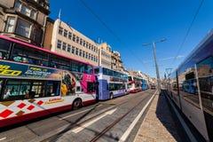 Edinburgh, Schotland, het UK - 18 April 2014: Openbaar vervoer, I e bussen, taxis en trams op Prinsenstraat in Edinburgh stock foto