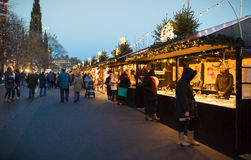 "EDINBURGH, SCHOTLAND, het UK †""08 December, 2014 - Mensen die onder Duitse Kerstmismarktkramen lopen in Edinburgh, Schotland, h Royalty-vrije Stock Foto"