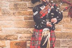 EDINBURGH, SCHOTLAND, 24 Maart 2018, Schotse bagpiper geklede I royalty-vrije stock foto