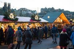 """EDINBURGH, SCHOTTLAND, BRITISCHES †""""am 8. Dezember 2014 - die Leute, die unter deutschem Weihnachtsmarkt gehen, klemmen in Edin Lizenzfreie Stockfotos"""