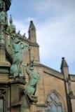 EDINBURGH, SCOTLANDÂ: St. Giles Cathedral High Kirk von Edinburgh mit Herzog von Buccleuch Walter Scott Statue im Vordergrund stockbilder