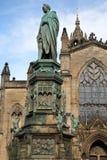 EDINBURGH, SCOTLANDÂ: St. Giles Cathedral High Kirk von Edinburgh mit Herzog von Buccleuch Walter Scott Statue im Vordergrund lizenzfreies stockbild
