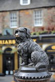 EDINBURGH, SCOTLAND – MAY 6, 2016 :Statue of Greyfriars Bobby with a pub in the background Stock Photography