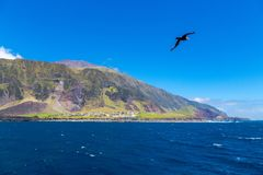 Edinburgh van het Zeven Overzees, Tristan da Cunha, verste eiland 1961 Vulkaankegel Weergeven van roadstead Zeemeeuw, aalscholver stock afbeelding