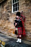 Edinburgh, Vereinigtes Königreich - 01/19/2018: Ein Mann in traditionellem Sco Lizenzfreie Stockbilder