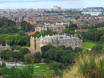 Edinburghorisont och Holyrood slott Royaltyfria Bilder
