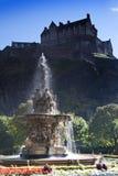 Edinburgslott och Ross Fountain Arkivfoto
