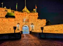 Edinburgslott på natten med det våldsamma vapnet för historiskt rött lejon - översättning av latin nemo me impune lacessit arkivbilder