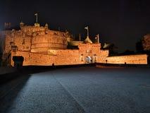 Edinburgslott på natten med det våldsamma vapnet för historiskt rött lejon - översättning av latin nemo me impune lacessit arkivfoton