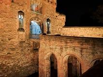 Edinburgslott på natten med det våldsamma vapnet för historiskt rött lejon - översättning av latin nemo me impune lacessit royaltyfria bilder