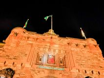 Edinburgslott på natten med det våldsamma vapnet för historiskt rött lejon - översättning av latin nemo me impune lacessit royaltyfria foton