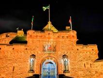 Edinburgslott på natten med det våldsamma vapnet för historiskt rött lejon - översättning av latin nemo me impune lacessit fotografering för bildbyråer
