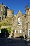 Edinburgslottbyggnad på kullen ovanför den gamla staden royaltyfria bilder