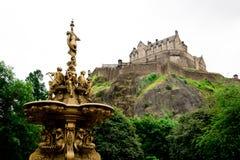 Edinburgslotten bak den guld- springbrunnen Arkivbilder