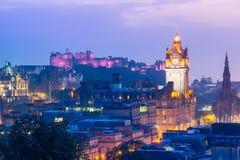 Edinburgstad från den Calton kullen på natten, Skottland, UK arkivbild