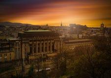 Edinburgstad på mörk himmel på solnedgångsikten från den Calton kullen, Scot arkivfoton