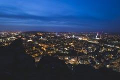 Edinburgstadshorisont på natten med Salisbury brant klippa i förgrunden arkivfoton