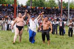 EDIRNE, DIE TÜRKEI - 26. JULI 2010: Ringkämpfer türkischer pehlivan und japanischer Sumoringkämpfer am Wettbewerb in Kirkpinar Ki lizenzfreie stockfotografie