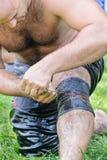 EDIRNE TURCJA, LIPIEC, - 06, 2013: Zapaśnik dostaje przygotowywający przed rywalizacją w tradycyjnym Kirkpinar zapaśnictwie Kirkp Obrazy Stock