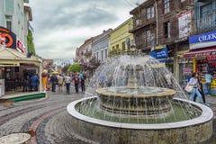 Edirne Turkiet Maj 02 2015: Sikt av gatan med springbrunnen och folk Royaltyfria Bilder