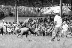 EDIRNE, TURQUÍA - 26 DE JULIO DE 2010: Pehlivan turco de los luchadores en la competencia en Kirkpinar tradicional que lucha Imagen de archivo libre de regalías