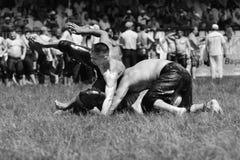 EDIRNE, TURQUÍA - 6 DE JULIO DE 2013: Pehlivan turco de los luchadores en la competencia en Kirkpinar tradicional que lucha Kirkp Foto de archivo