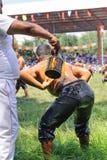 EDIRNE, TURQUIA - 6 DE JULHO DE 2013: Lutador que prepara-se antes da competição na luta romana tradicional de Kirkpinar Kirkpina Fotos de Stock Royalty Free