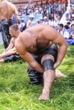 EDIRNE, TURQUIA - 6 DE JULHO DE 2013: Lutador que prepara-se antes da competição na luta romana tradicional de Kirkpinar Kirkpina Imagens de Stock
