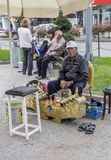 Edirne, Turquia, maio 02,2015 Líquidos de limpeza de sapata da rua na cidade Foto de Stock Royalty Free
