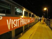 Edison-Bahnstation nachts, Edison, NJ USA lizenzfreie stockbilder