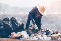 Editável dos povos pobres que limpam o lixo reciclável fotos de stock royalty free