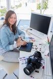 Editor de fotos que trabaja con la tableta de gráficos imagen de archivo