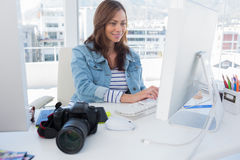 Editor de fotos que trabaja en el ordenador fotos de archivo libres de regalías