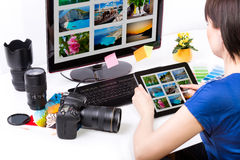 Editor de fotos que trabaja en el ordenador foto de archivo