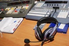 Editor de la televisión del lugar de trabajo imagenes de archivo