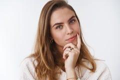 Editor de revista de sexo femenino creativo confiado que piensa el nuevo artículo que coloca a la cabeza inclinable pensativa ins fotografía de archivo libre de regalías