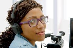 Editor de vídeo afroamericano bastante joven de la mujer imágenes de archivo libres de regalías